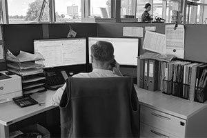 Dział obsługi klienta w firmie Can Agri. Mężczyzna rozmawia przez telefon.