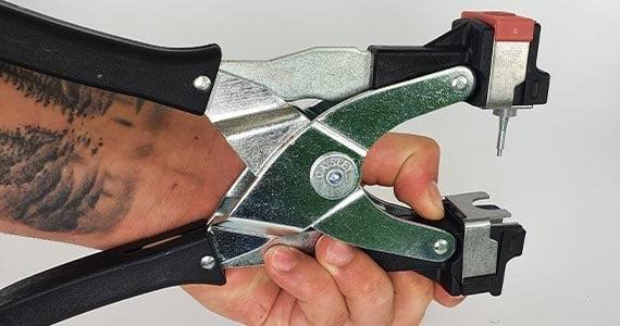 Mężczyzna pokazuje w jaki sposób umieścić kolczyk w kolczykownicy Profi Can Agri.